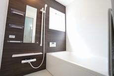 1日の疲れを癒すくつろぎのバスルーム。窓付き・浴室乾燥機で換気・雨の日の洗濯もばっちり^^