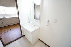 玄関を入ってすぐに洗面台があり帰宅後の手洗いもすぐにできますね。室内洗濯機置き場も横にあり、とても便利です。
