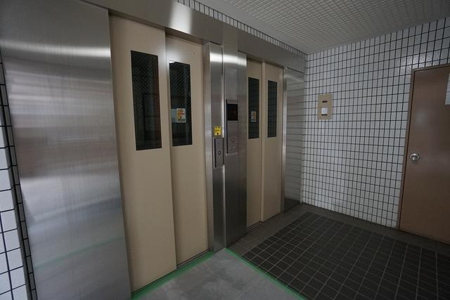 エレベーターが2基あるので待ち時間が短縮されますね。