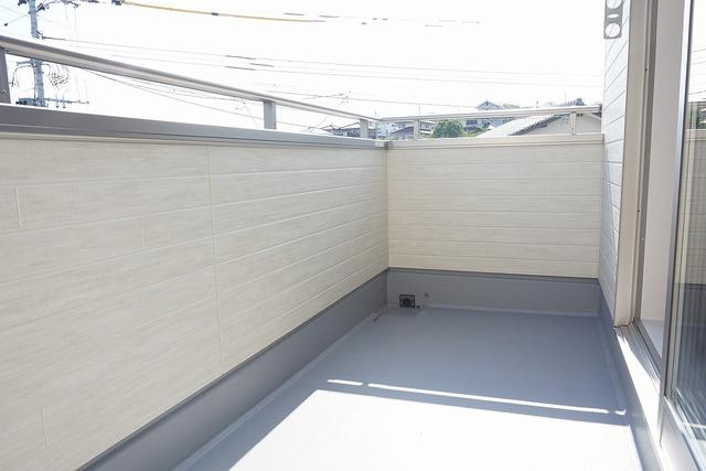 陽当たりの良いバルコニーです。お洗濯やお布団干しはもちろん、日光浴スペースにも足元は防水工事施工済です。
