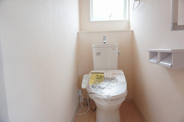 ウォシュレット、暖房便座、オートパワー脱臭、節電・節水機能、など、使い勝手のよい、高機能トイレ。汚れがかくれる場所がない進化したフチ形状で、汚れてもサッとひとふきでお手入れカンタン。