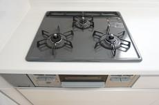 同仕様写真 3種類の料理が同時に調理できる、3口ガスコンロ。忙しい夕食の支度時間が短縮できて嬉しいですね。