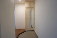 玄関入ってすぐに大きな鏡付きの下駄箱があり、お出かけ前のチェックも出来ますね。