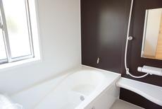 同仕様写真。 1坪サイズの浴室は、足をのばしてリラックスできます。浴室乾燥機付きなので、雨の日も気にせず洗濯物が干せます。