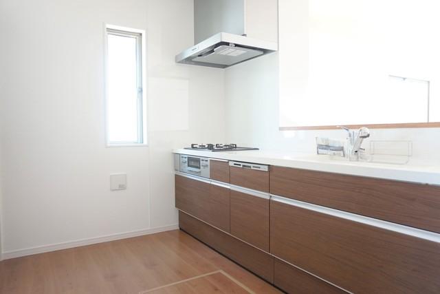 同仕様写真。人造大理石の白くて素敵なキッチンです。独立タイプですがとても明るいですよ。冷蔵庫、カップボードも余裕で置ける広さを確保しています。