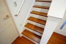 同仕様写真。階段は段数を通常より1段多く段差を低く設定し、足元灯も完備。より安全な階段を追求しました。