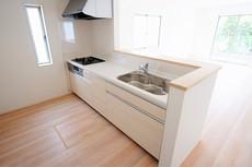 同仕様写真。カウンターキッチンは、調味料などをコンパクトに収納できるスパイスボックス搭載。サッと取り出せてスムーズにお料理ができます。