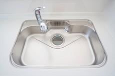 同仕様写真。広々とした凸型シンクに洗剤ポケットを標準装備。大きなお鍋など洗いやすいです。洗剤や石鹸、スポンジもすっきりできる収納付き。