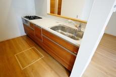 同仕様写真。耐久性にも優れた人造大理石トップです。汚れもサッと拭き取ることができ、お掃除もラクラク。対面式キッチンが家族の会話も盛り上げます。食器洗浄乾燥機付。