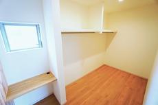 同仕様写真。ウォークインクローゼット付きの洋室。スペースも広く、毎日のコーディネートが楽しくなります^^