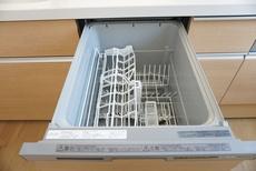 同仕様写真。家事の時間が短縮できる食器洗浄乾燥機付。後片付けもラクラクです。 食器を洗う手間が減るので家族とのコミュニケーションの時間や自分の時間が増えますね。