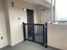 玄関にはポーチがあり、ドア前まで人が来るのを防ぐことができるので安心ですね。