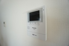 防犯性、セキュリティ対策に安心できるテレビモニター付きインターフォンです。セールスマン対策にもなり安心できます。