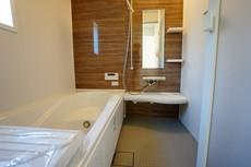 半身浴ができるベンチスペースがあり、節水にも効果を発揮します。1坪サイズなので、ゆったりとご入浴ができます。浴室乾燥機付きです。