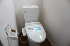 同仕様写真。1階、2階どちらにも節水省エネ仕様のシャワートイレを採用しています。バリアフリーに配慮して便座から立ち上がりやすくする手すり、また棚やタオル掛けも設けています。