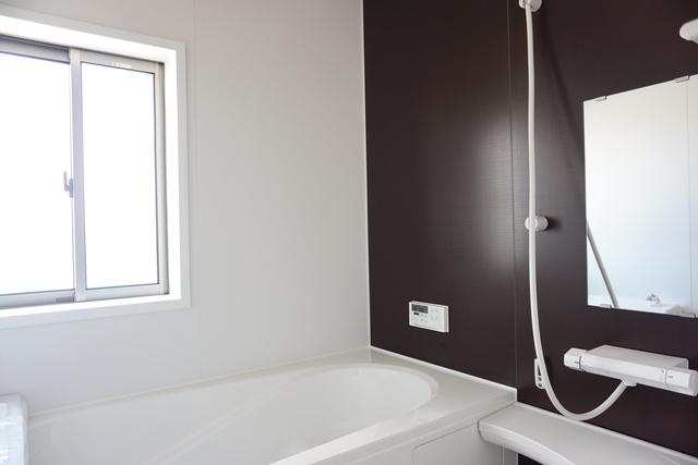 同仕様写真。1坪サイズの浴室は、足をのばしてリラックスできます。浴室乾燥機付きなので、雨の日も気にせず洗濯物が干せます。
