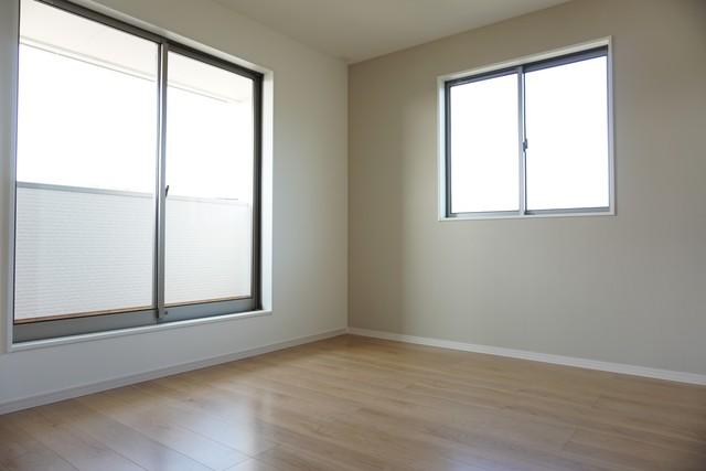 同仕様写真。2面採光を確保した明るい室内は、風通しも良く、大変居心地の良い空間となっております。爽やかな風を感じて起きる朝は、快適生活の始まりに。