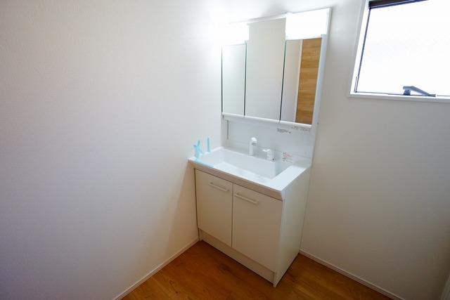 同仕様写真。収納が隠れて使いやすい、シャワー付き三面鏡洗面ドレッサーです。朝の準備もぬかりなくできます。