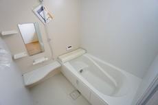 デザイン性に優れた浴槽でゆったりとしたバスタイムを演出。ベンチ付きなので半身浴も楽しめます。