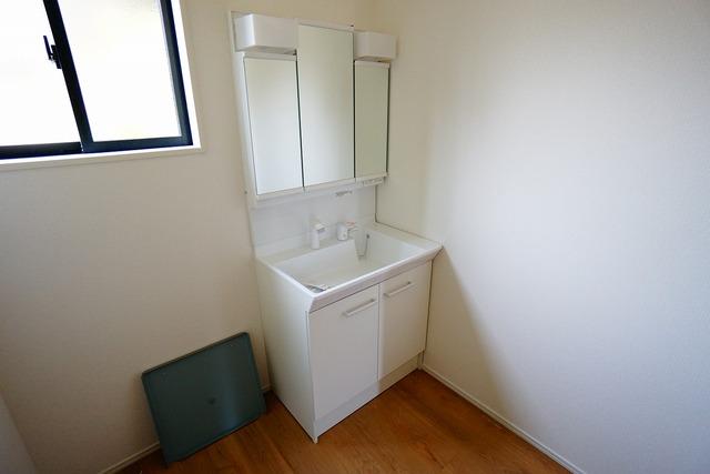 シャワーホース付のシャンプードレッサー。鏡付きで毎朝の支度もはかどります。歯みがきセットや化粧品もきれいに整頓できますよ。