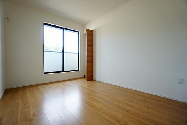 6帖の洋室は南側にバルコニーがあり、日当たり良好です。温かい光の差し込むゆとりのある居室をぜひ現地にてご確認くださいませ^^