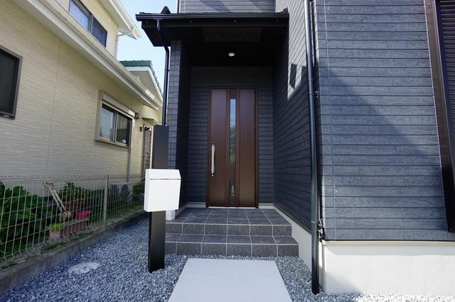 質感、使いやすさ、安全性、断熱性能を併せ持った玄関ドアです。また、ピッキング対策に優れる2ロック機構と防犯性に優れる電気錠も標準装備しています。