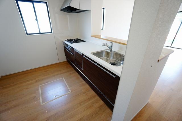 対面式カウンターキッチンでお子様の様子が見守れます。カウンタートップは耐熱性に優れており、日ごろのお掃除もふき取るだけでOK。