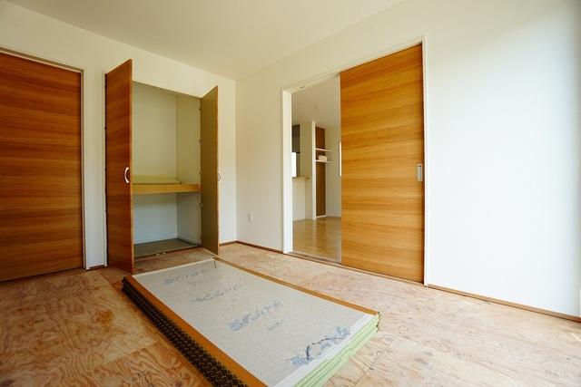 リビング横には和室があり、くつろぎスペースや客間など、使い勝手が良く大活躍。