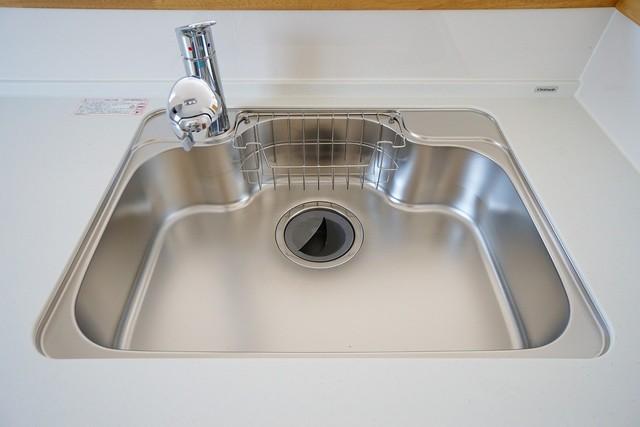 大きめの鍋も洗える使い勝手の良い異形シンク。水はねの音や食器が当たる音を大幅に軽減する静音仕様。