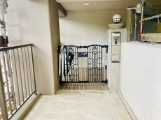 玄関扉までの間に広めのポーチと門扉が有り、ちょっとした保管場所にも使えますね。