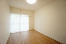 洋室1 5.78帖の洋室。カーテンレール、レースカーテン新規設置。住む人のこだわりを活かす洋室^^日当たりがよく、寝室としての利用もおすすめです^^