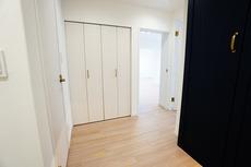 玄関の廊下にも物入がありお出かけの際の小物やお洋服の置き場に便利ですね。