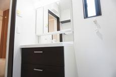 同仕様写真。ミラー扉の内側が収納スペースになっています。ティッシュBOXも収納可能。可変トレイは、収納物に応じて高さの調節が可能。取り外して洗えるので清潔です。