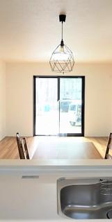 同仕様写真。日射熱や紫外線を大幅カットする遮熱Low-e複層ガラス採用のリビング。陽当たり良好で、夏は涼しく、冬は暖かいので、いつでもご家族がくつろげる空間になっております。