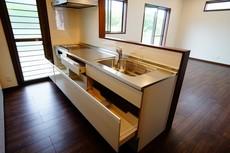 対面式カウンターキッチンでお子様の様子が見守れます。収納もしっかりでき、広々としたキッチンです。