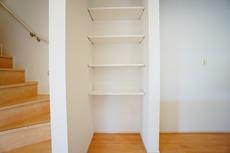 キッチン横には可動棚が付いており、収納に便利です^^