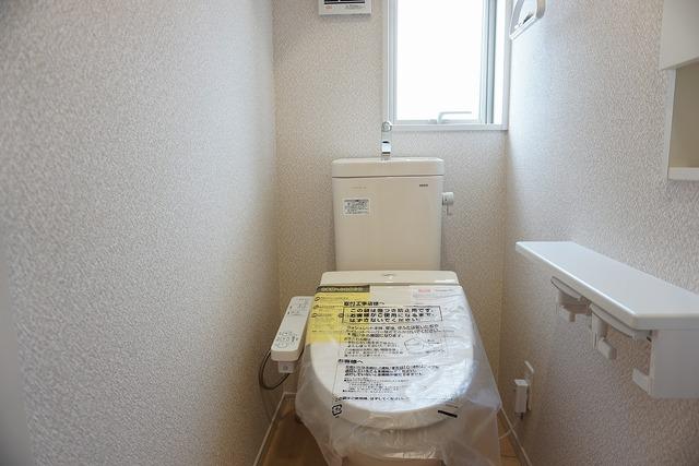 同仕様写真。温水、暖房、ウォシュレット付の高機能トイレ。汚れが付きにくく、落ちやすい加工がされており、お掃除もラクラクです。