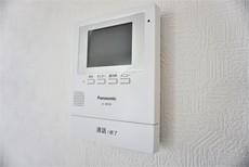 同仕様写真。防犯性、セキュリティ対策に安心できるテレビモニター付きインターフォンです。セールスマン対策にもなり安心できます。