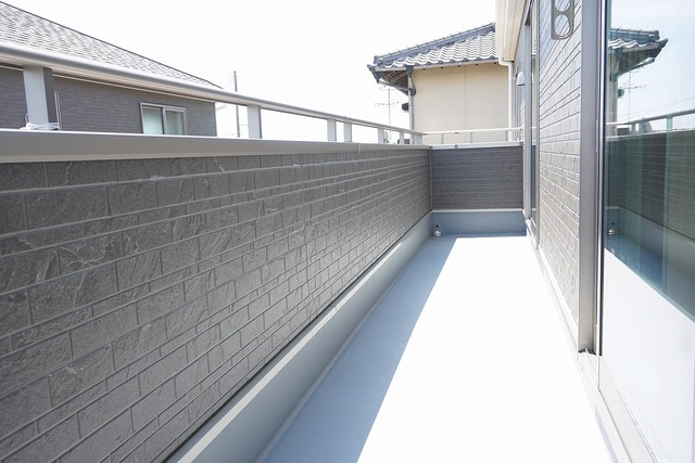 同仕様写真。陽当たりの良いバルコニーです。お洗濯やお布団干しはもちろん、日光浴スペースにも。足元は防水工事施工済です。