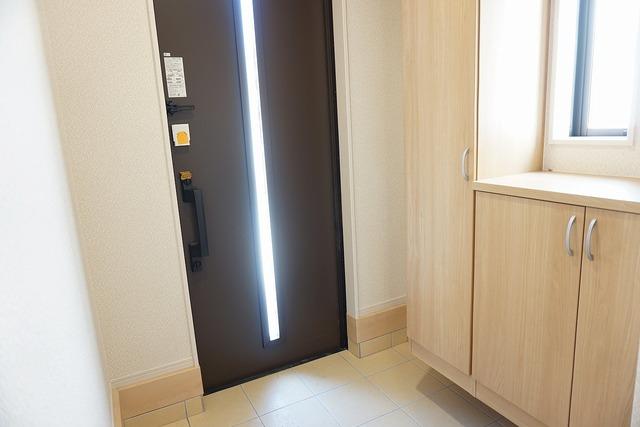 同仕様写真。採光も考えられた明るい玄関です。TVインターホンが装備されているので、セキュリティーも安心。