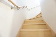 同仕様写真。段数を通常より1段多く段差を低く設定し、より安全な階段を追求しました。勾配も緩やかに設計されており、安全性も重視。