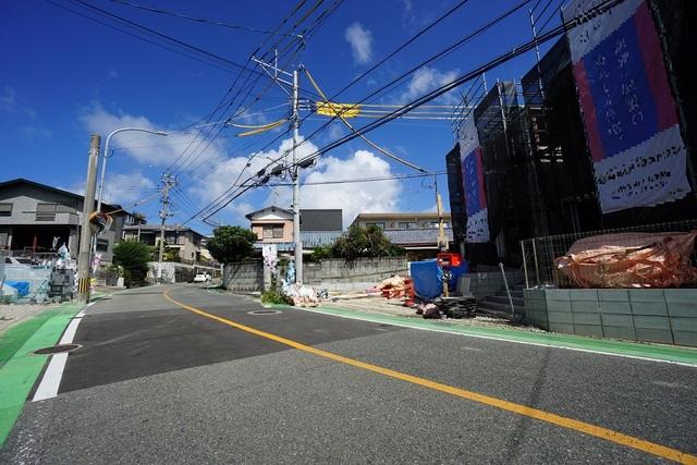 前面道路。現地(2021年9月)撮影。角地に立っており前面に2台駐車できる駐車場付きです。