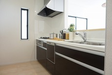 同仕様写真。対面式カウンターキッチンでお子様の様子が見守れます。ステンレスのカウンタートップは耐熱性に優れており、日ごろのお掃除もふき取るだけでOK。