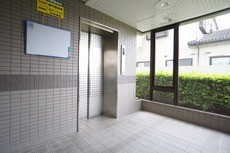 1階のエレベーター。防犯カメラ付き。