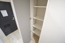 シューズボックスに加えて、玄関には収納付き。可動式の棚で便利^^