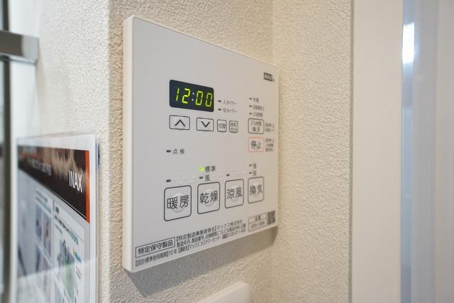 浴室暖房乾燥機には、暖房、乾燥、涼風、換気の4つの機能が付いています。タイマー付き。