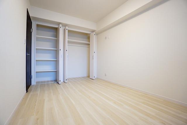 住む人のこだわりを活かす洋室^^たっぷり収納できるクローゼット付きでお部屋の中をすっきりと快適に保てます。