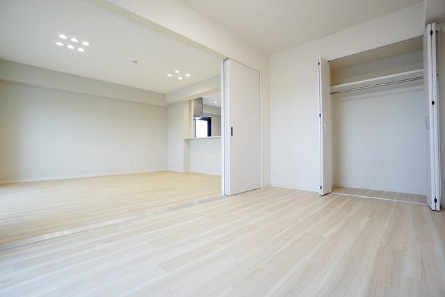 リビングと合わせると21.2帖の大空間に。全居室にはたっぷり収納できる大型クローゼットを設置しています。