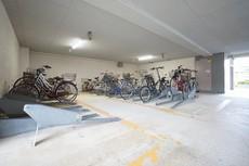屋根付きの駐輪場あり。自転車スタンド付き。