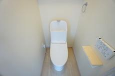 温水洗浄機付トイレです。節水機能もあるので、安心して使えます。
